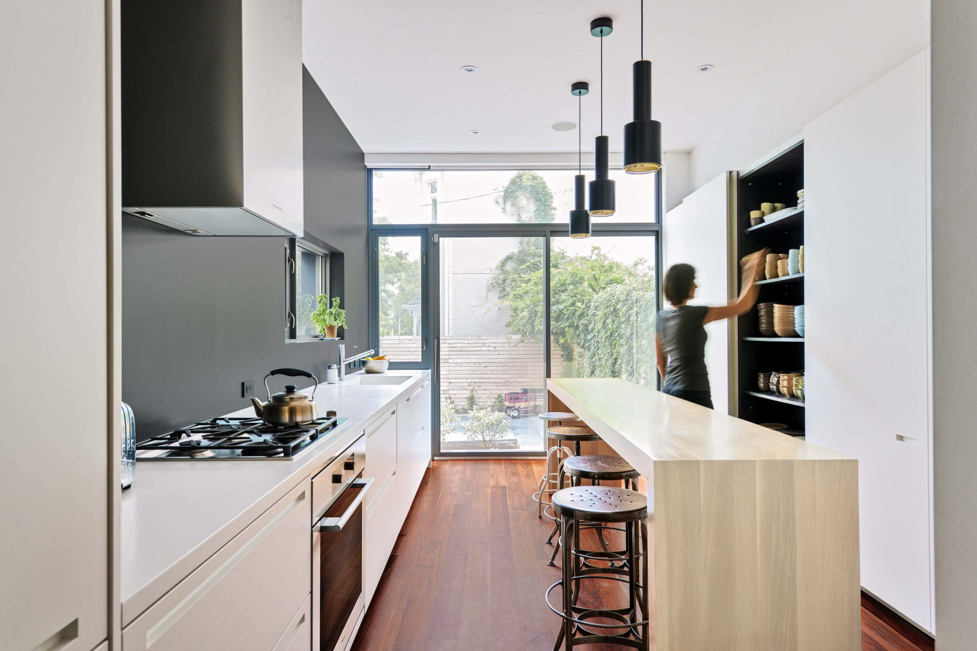 dad-contrast-house-kitchen